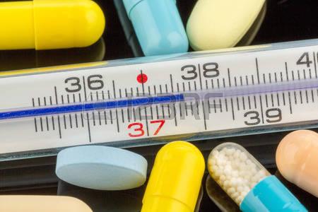 38366710-un-thermom-tre-clinique-et-des-comprim-s-photo-symbolique-pour-la-grippe-et-le-rhume